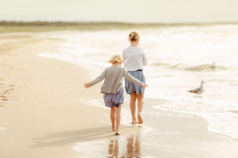 Fotoshooting am Strand des Darß an der Ostsee mit Familie und Kindern für lebendige, authentische Familienfotos und Kinderfotos