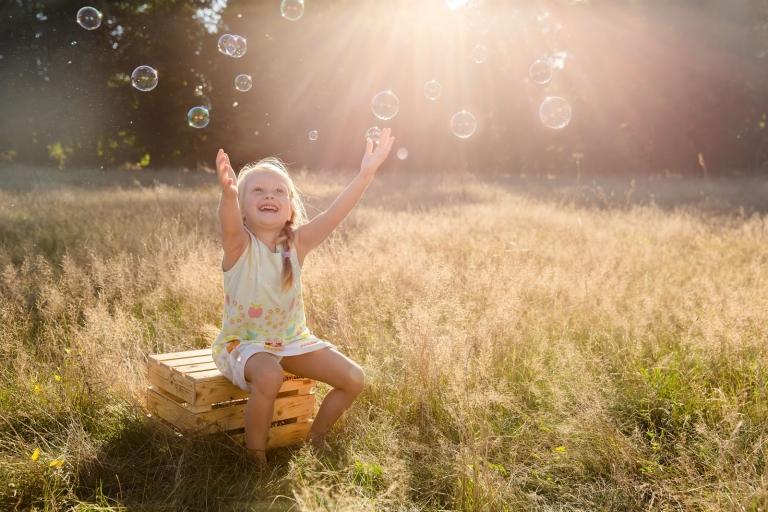 Lebendige, authentische, natürliche Familienfotos und Kinderfotos von Familie in Berlin und Potsdam von professioneller Fotografin, outdoor, im Park, im Grünen, Frühling, Sommer und Herbst