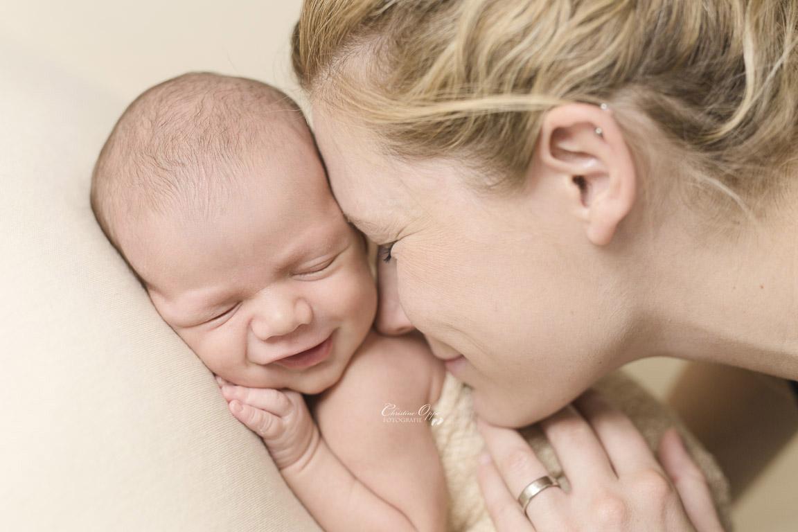 Emotionale, berührende, besondere, zarte Neugeborenenfotos, Babyfotos voller Geborgenheit und Liebe von Babyfotograf für Berlin und Potsdam
