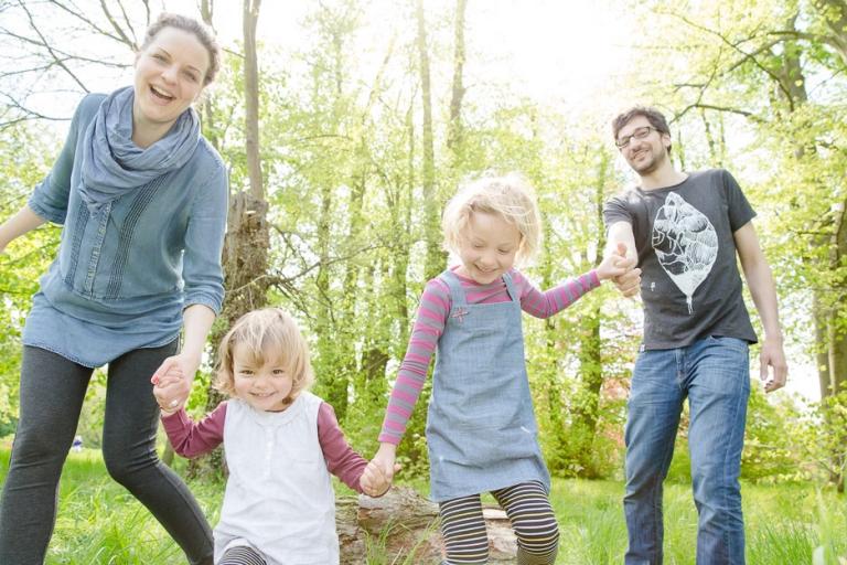 Ausgelassene Familienfotos im Berliner Park