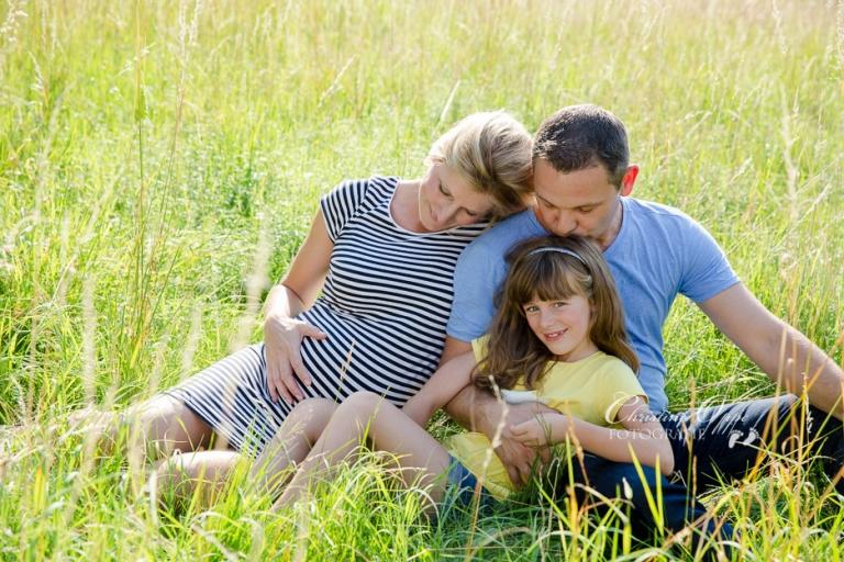 Lebendige, emotionale, besondere Familienfotos outdoor draußen im Park im Grünen im Sommer