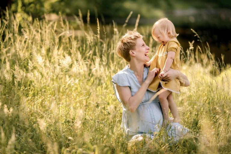 Natürliche Schwangerschaftsfotos und Fotos vom Babybauch und Schwangerschaft draußen outdoor in Berlin und Potsdam