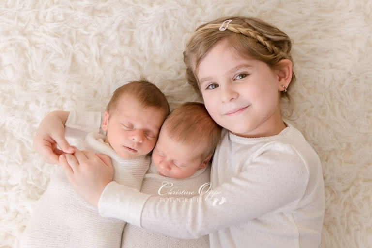 Besondere Babyfotos von neugeborenen Baby Zwillingen von Babyfotograf für Neugeborenenfotografie Christine Oppe, Berlin & Potsdam