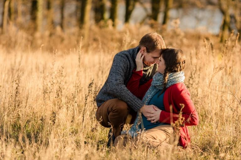Natürliche Schwangerschaftsfotos und Babybauchfotos von Babyfotograf für Potsdam und Berlin, outdoor im Herbst