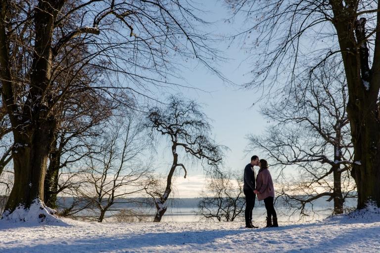 Natürliche Schwangerschaftsfotos und Babybauchfotos von Babyfotograf für Potsdam und Berlin, outdoor im Winter
