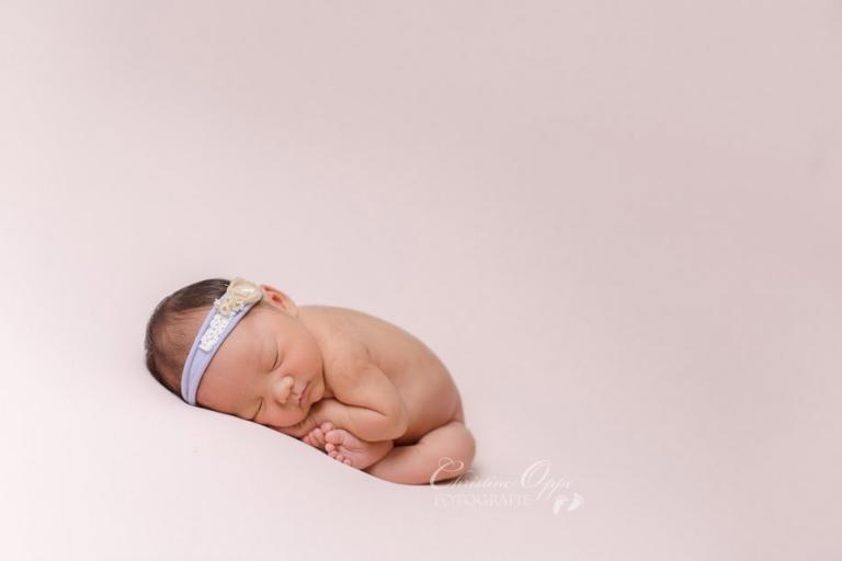 Baby Bella, kurz nach der Geburt, zarte und zauberhafte Neugeborenenfotografie