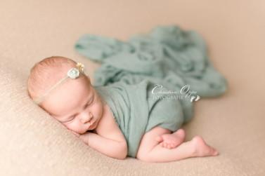 Zeitlose, zarte, natürliche Neugeborenenfotografie von zartem Baby Mädchen, 10 Tage jung, und ihrer Mama