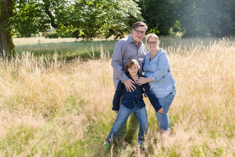 Natürliche, fröhliche und emotionale Familienfotos mit Babybauch und Kinderfotos von Kinderfotograf Christine Oppe in Berlin und Potsdam