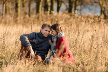 Natürliche gefühlvolle Schwangerschaftsfotos, Fotos von Schwangerschaft und Babybauch im Herbst outdoor mit Paar aus Luckenwalde