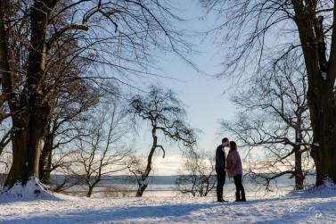 Natürliche Schwangerschaftsfotos voller Liebe im Winter mit Carmen und Lars