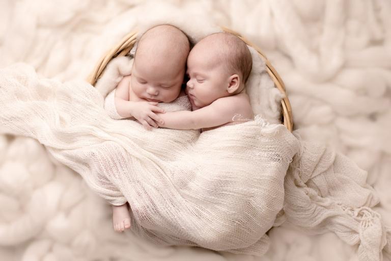 Emotionale Babyfotos der Zwillinge Tim & Tom - Besondere Neugeborenenfotografie für Berlin & Potsdam