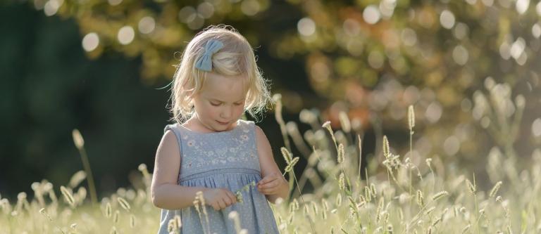 Natürliche Fotos von Fotografin für Berlin und Potsdam von Kindern und Familien draußen, outdoor im Grünen, gefühlvoll, lebendig, authentisch