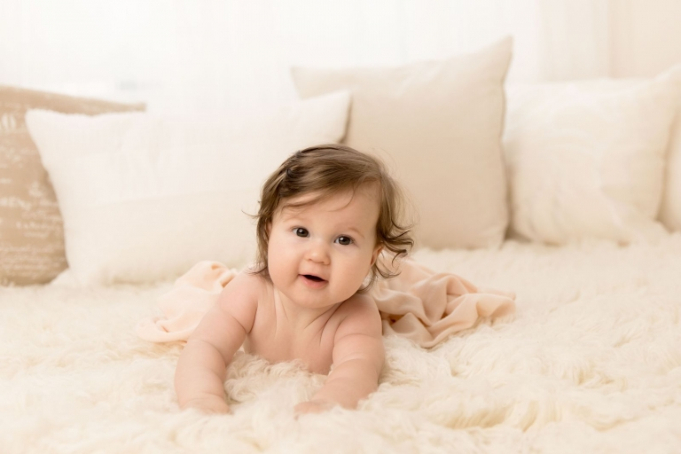 Natürliches, emotionales Baby Shooting im Studio, lebendige Babyfotografie voller Babylachen für zeitlose Babyfotos in Berlin und Potsdam vom Fotograf Christine Oppe