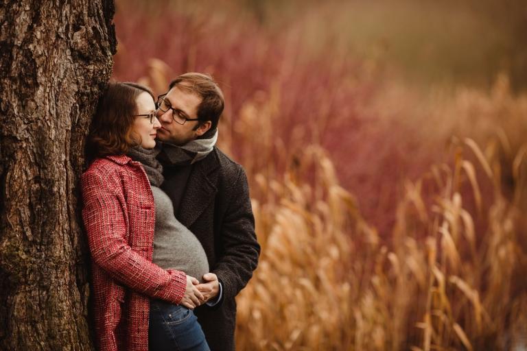 Natürliche, besondere Schwangerschaftsfotos, Fotos vom Babybauch, Schwangerschaftsfotografie für Berlin und Potsdam, im Winter, draußen outdoor, für Paare
