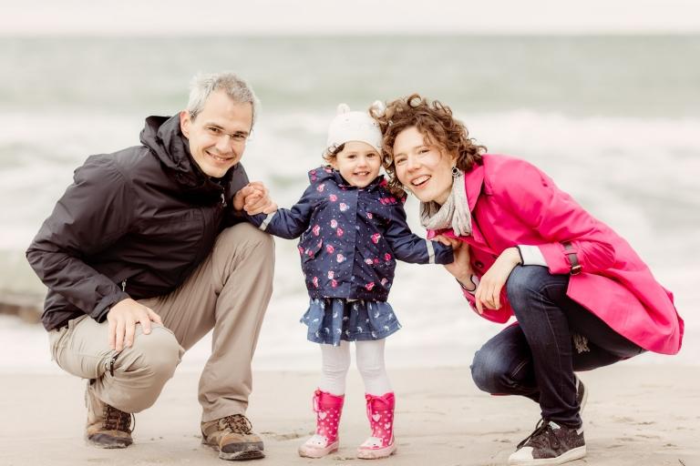 Fotoshooting am Strand an der Ostsee in Ahrenshoop auf dem Darß - Lebendige, authentische und natürliche Familienfotografie und Kinderfotografie von professioneller, liebevoller Fotografin aus Berlin und Potsdam für ganz besondere Kinderfotos und Familienfotos